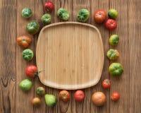 Rewolucjonistki i zieleni pomidory na drewnianym tle Pomidorowy żniwo zdjęcie stock