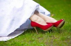 Rewolucjonistki lub karmazynów buty z szpilkami na ciekach panna młoda Obrazy Royalty Free