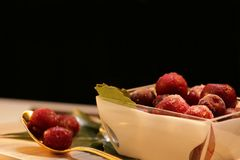 Rewolucjonistki marznąć jagody na liściach zdjęcie stock