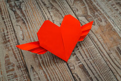 Rewolucjonistki origami papierowy serce z skrzydłami na drewnianym tle Zdjęcie Stock