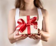 Rewolucjonistki pudełka teraźniejszości kobieta wręcza mienia - Urodzinowa niespodzianka Obraz Royalty Free