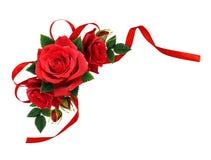 Rewolucjonistki róża kwitnie i jedwabniczy tasiemkowy łęk w narożnikowym przygotowania Zdjęcie Royalty Free