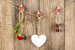 Rewolucjonistki róża z białą kształt czekoladą na drewnie i sercem Obraz Stock