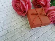 Rewolucjonistki róży białego ściana z cegieł boxl dekoraci czerwony zaproszenie Obraz Royalty Free