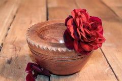Rewolucjonistki róża w drewnianym pucharze Obraz Royalty Free