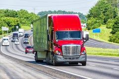 Rewolucjonistki Semi ciężarówka Na autostradzie międzystanowej obrazy stock