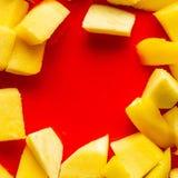 Rewolucjonistki tortowy tło z mango Zamyka w górę czerwień torta tła fotografia royalty free
