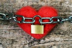 Rewolucjonistki zabawkarski serce zawijający z łańcuchem i zamykający z metalu kędziorkiem pocałunek miłości człowieka koncepcja  zdjęcie stock