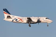 REX Airlines Saab exprès régional 340B VH-RXS à l'approche à la terre à l'aéroport international de Melbourne Photos libres de droits