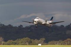 REX Airlines Saab exprès régional 340B VH-ZRC décollant de l'aéroport international de Melbourne Image stock