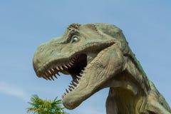 Rex de tyrannosaure fâché contre le parc Photographie stock libre de droits