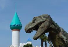 Rex de tyrannosaure fâché contre le parc Images libres de droits