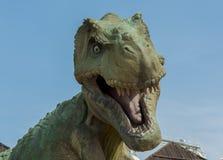 Rex di tirannosauro arrabbiato al parco immagine stock