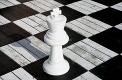 Rey blanco del ajedrez en el tablero de madera Imagen de archivo
