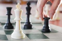 Rey blanco del ajedrez rodeado imágenes de archivo libres de regalías