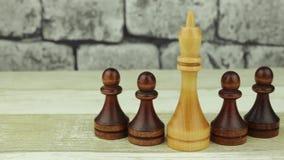 Rey blanco del ajedrez y empeños negros almacen de video