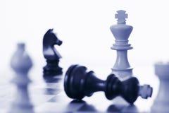 Rey blanco del juego de ajedrez que derrota al rey negro Imagen de archivo libre de regalías