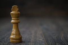 Rey blanco, pedazos de ajedrez en una tabla de madera Foto de archivo