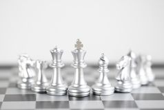 Rey Blond y su ejército en el tablero de ajedrez Fotografía de archivo libre de regalías