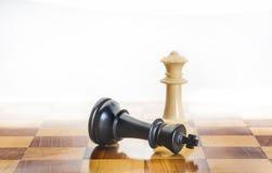 Rey caido del ajedrez como metáfora para la caída del poder Imagen de archivo