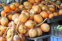 Rey Coconuts y x28; Thembili& x29; en un quiosco de la fruta en el camino Sri Lanka Fotos de archivo libres de regalías