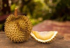 Rey de frutas, Durian maduro en la tabla de madera en el jardín fotografía de archivo