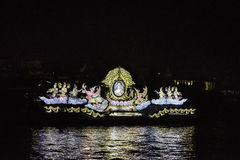 Rey de la imagen de Tailandia en barco de iluminación Foto de archivo libre de regalías