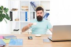 Rey de la oficina Jefe del departamento Concepto de la oficina central Empresario barbudo del hombre de negocios del encargado de imagenes de archivo