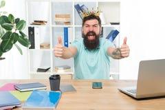 Rey de la oficina Jefe del departamento Empresario barbudo del hombre de negocios del encargado del hombre llevar la corona de or fotos de archivo libres de regalías