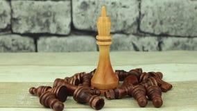 Rey del ajedrez en el apagón del campo de batalla almacen de video