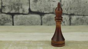 Rey del ajedrez en un fondo del ladrillo metrajes