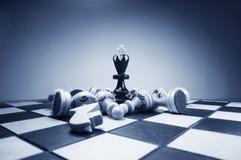 Rey del ajedrez y figuras caidas Foto de archivo