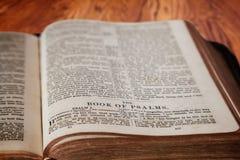 Rey James Bible Book de salmos en fondo de madera rústico Imagen de archivo libre de regalías