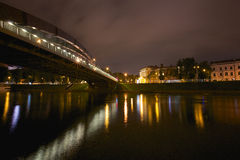 Rey Mindaugas Bridge en la noche, Vilna Imagen de archivo libre de regalías