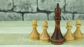 Rey negro del ajedrez y empeños blancos almacen de metraje de vídeo