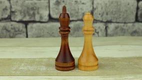 Rey negro del ajedrez y reina blanca almacen de video