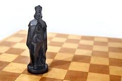 Rey negro en tarjeta de ajedrez Imagenes de archivo