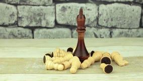 Rey negro grande y pequeño ajedrez postrado almacen de metraje de vídeo