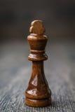 Rey negro, pedazo de ajedrez en una tabla de madera Fotos de archivo libres de regalías