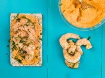 Rey Prawns With Hummus en el biscote curruscante de Rye Fotografía de archivo libre de regalías