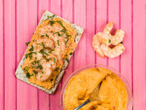 Rey Prawns With Hummus en el biscote curruscante de Rye Imágenes de archivo libres de regalías
