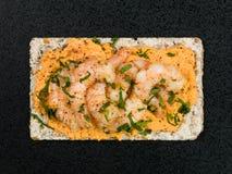 Rey Prawns With Hummus en el biscote curruscante de Rye Fotos de archivo libres de regalías