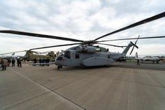 rey Stallion de Sikorsky CH-53K del helicóptero de cargo de la Pesado-elevación por Estados Unidos Marine Corps en el campo de av Imágenes de archivo libres de regalías
