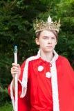 Rey temporario de la corona del niño que lleva Fotos de archivo