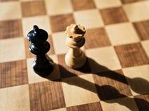 Rey y reina del ajedrez que se hacen frente imagen de archivo