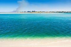 Reyes Beach de Caloundra con agua asombrosa Imagen de archivo libre de regalías