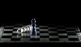 Reyes blancos y negros en un tablero de ajedrez El concepto de victoria fotografía de archivo