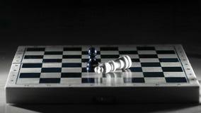 Reyes blancos y negros en un tablero de ajedrez El concepto de victoria imagen de archivo libre de regalías