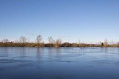Reyes congelados Village Landscape del lago Foto de archivo libre de regalías
