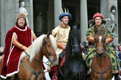 Reyes medievales en una reconstrucción en Italia Foto de archivo